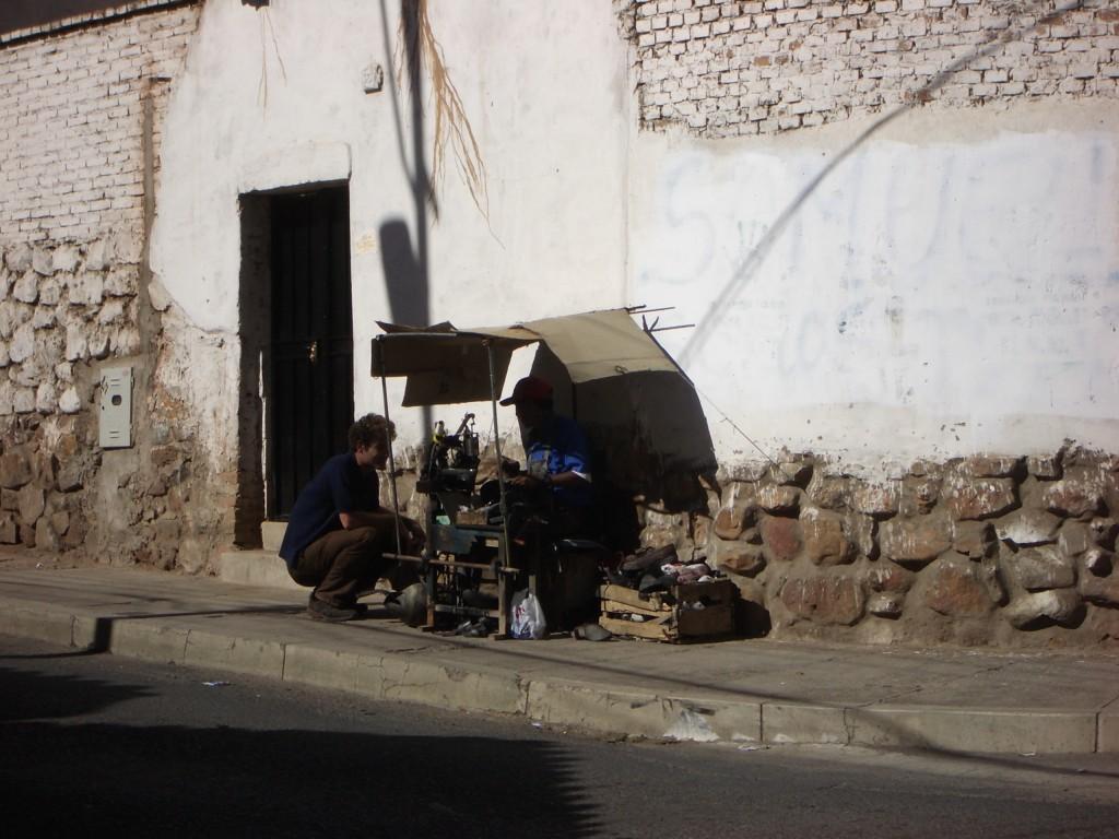 Verhandlung über die Schuhreparatur in Sucre, Bolivien. Danach hat's leider nicht lange gehalten...