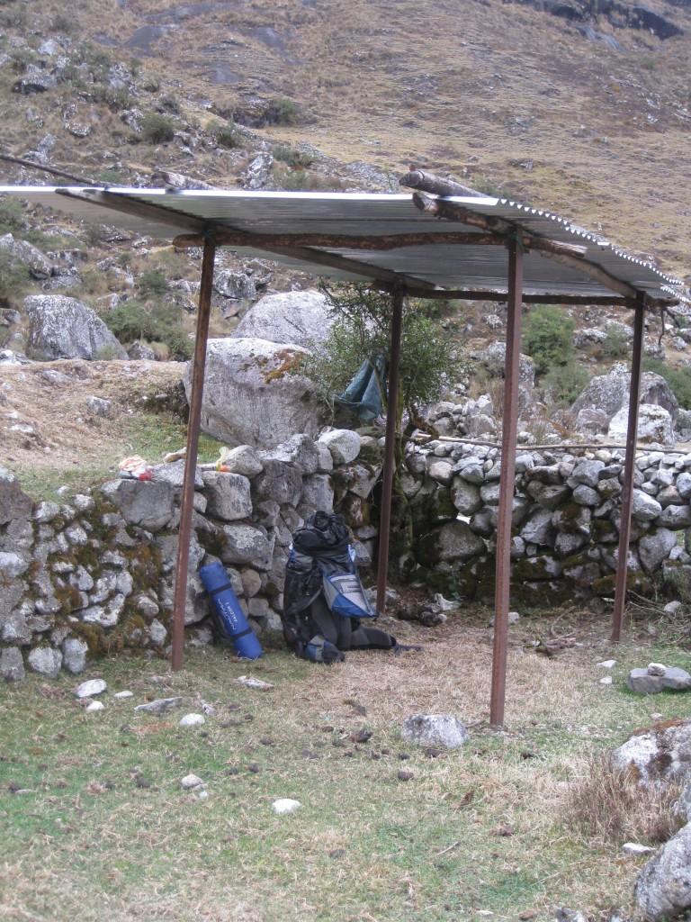 Eine Schutzhütte auf dem Taquesi (Takesi)-Trek in Bolivien. Das letzte Foto meines Rucksackes.