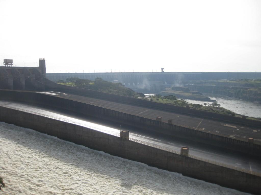 Das Wasserkraftwerk von Itaipú in der Übersicht. Im Hintergrund fließen noch weitere Wasser-Stränge durch noch mehr Turbinen