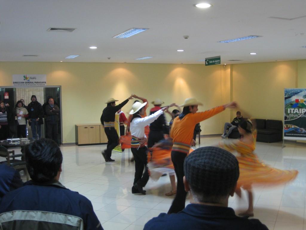 """Durch Zufall sehe ich noch eine kleine Darbietung traditioneller Tänze Paraguays. 2011 beging Paraguay das sogenannte Bicentenario, das """"zweihundertjährige"""" bestehen des Landes."""