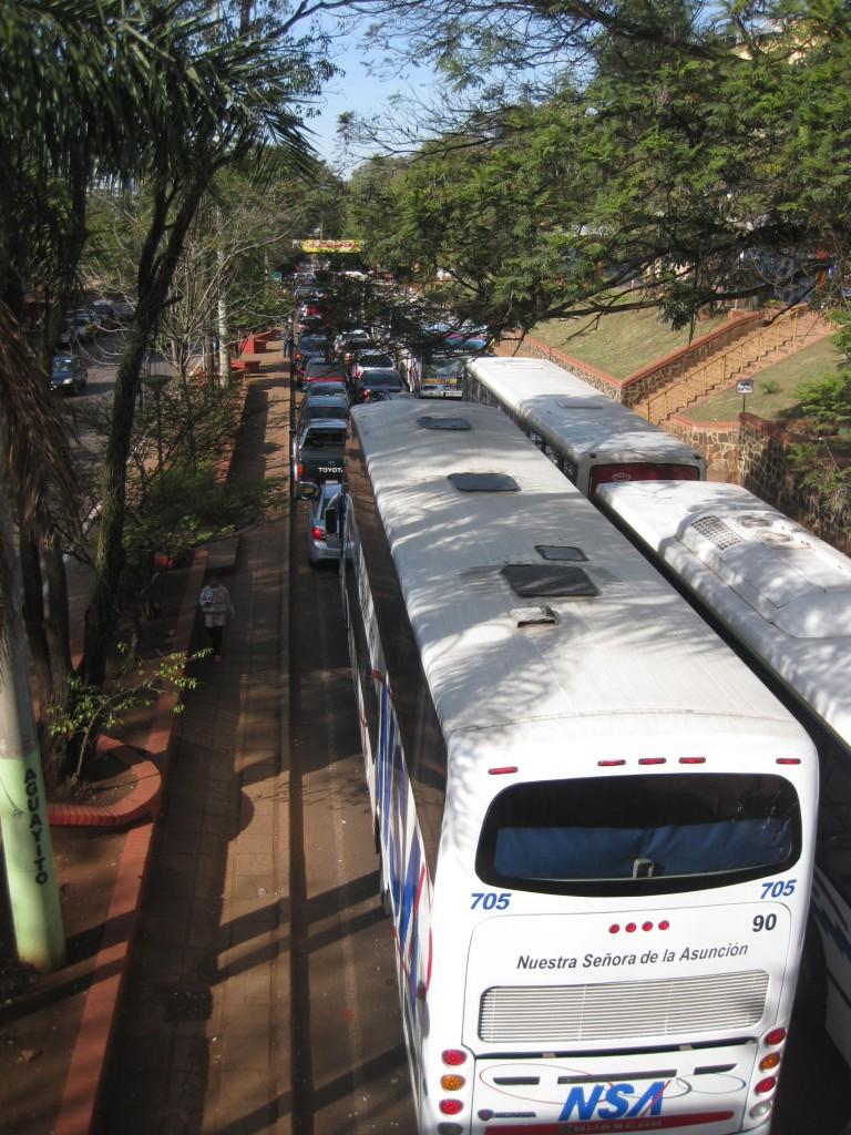 Der nachmittägliche Stau zurück Richtung Grenze zu Brasilien