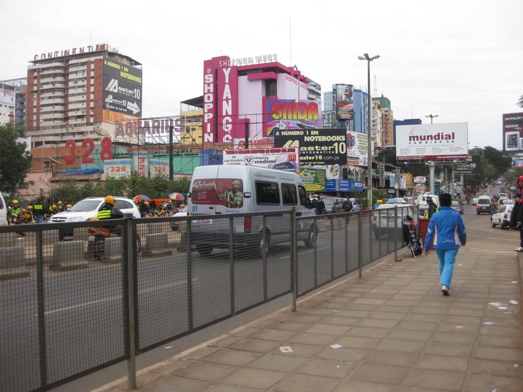 Hier geht das Abenteuer los: An der Grenze mit Blick auf einen der größten Märkte Südamerikas. Links die eigene Motorrad-Spur, rechts der erste mobile Händler.