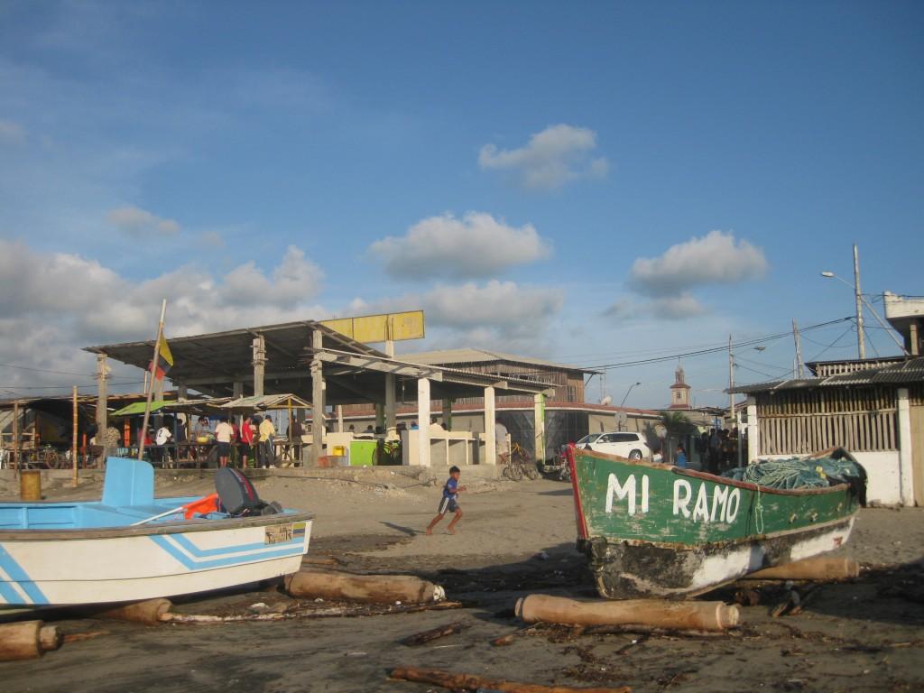 Eindrücke aus San Pablo: Über die Rollen werden die Fischerboote ins Wasser und wieder raus transportiert. Im Hintergrund der Fischmarkt.