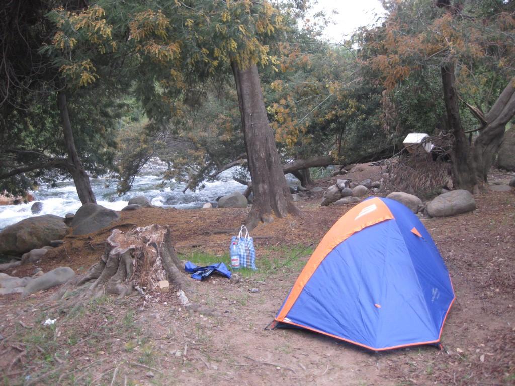 """Auch ich taste mich heran: Erste Nacht im neuen Zelt, am Rande des Nationalparks """"Radal Siete Tazas"""" in Chile, in Reichweite der Zivilisation"""