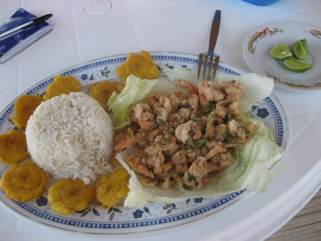 Krabben mit Knoblauchsoße im Strandrestaurant