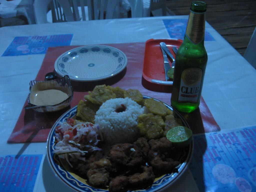 Ein fürstliches Abendessen mit Bier. Frittierte Riesen-Garnelen. Die plattgedrückten gelblichen Dinger sind sog. Patacones, typisch für die Region, aus Essbanane