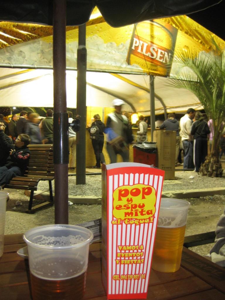 Neben Ein-Liter-Bierbechern gibt es auch Popcorn