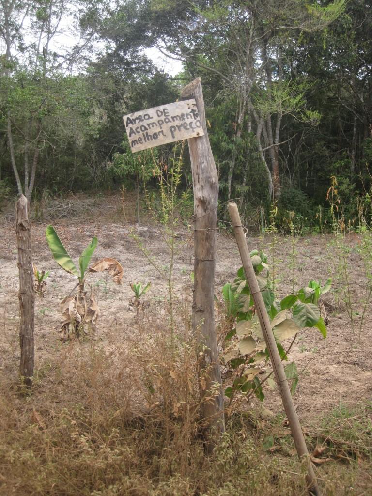 """Man kann in Tabuleiro auch Zelten, wie dieses Schild verspricht. Hier sogar zum """"besten Preis""""!"""