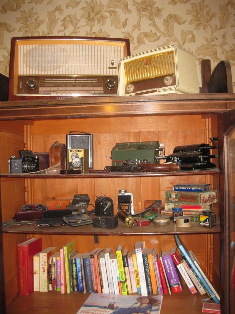 Deutsche Utensilien und Geräte im Wohnzimmerschrank