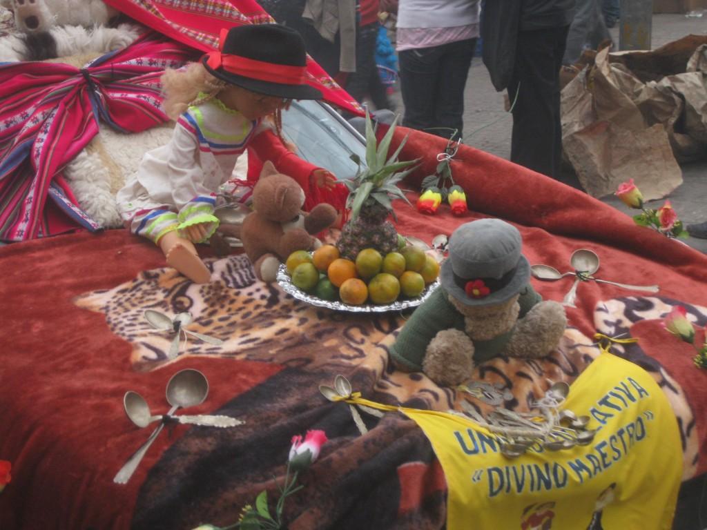 Schön geschmückt dieses Auto, auf dem Straßenfest in Potosí