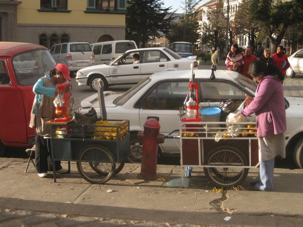 Frisch gepresster Orangensaft an einem Straßenstand in Potosí