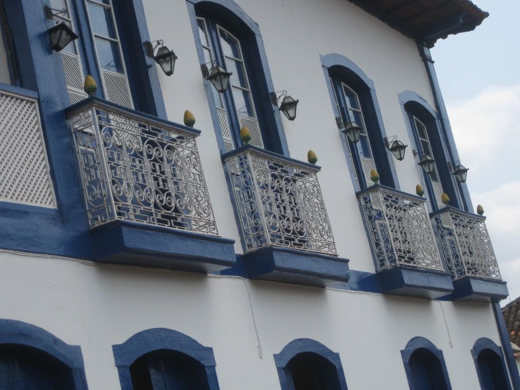 Koloniale Gebäude mit hübschen Balkonen, im Städtchen Serro