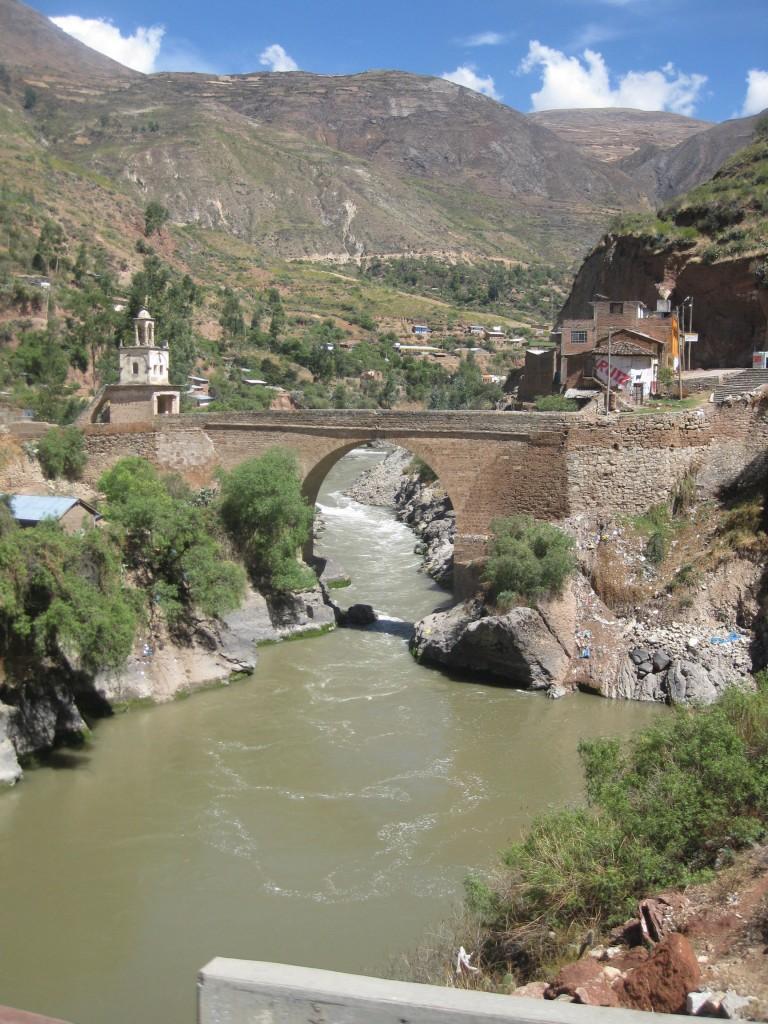 Schöne Brücke und hübsches Flusstal