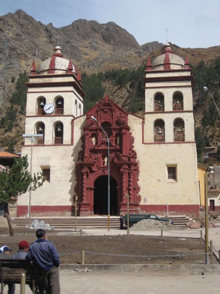 Die Kirche auf der Plaza de Armas in Huancavelica mit den Bergen im Hintergrund