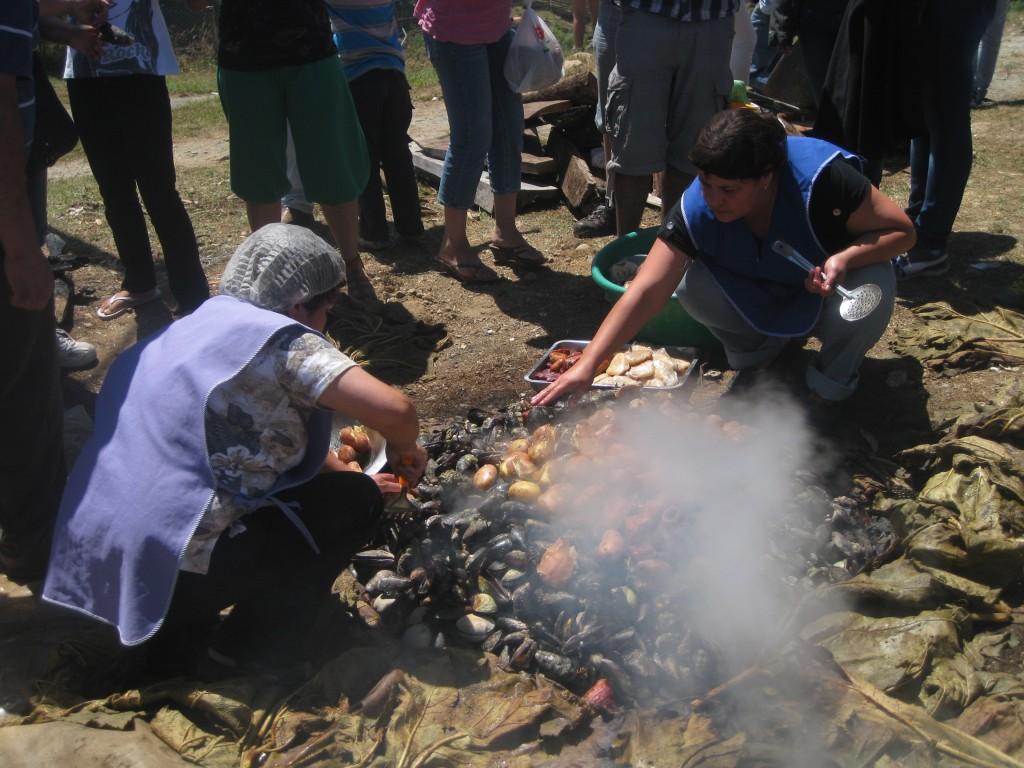Der Schatz - das Curanto - wird gehoben. Auf der Muestra Costumbrista in Ancud