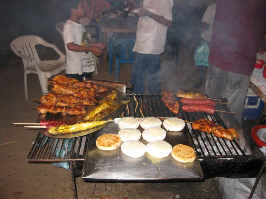 Straßen-(Grill-)Restaurant in Leticia, Kolumbien, Amazonasgebiet
