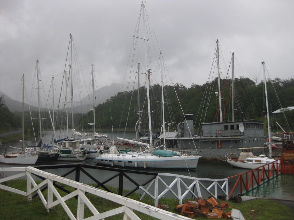 Der kleine Yachthafen von Puerto Williams mit der in einem ehemaligen Rheindampfer beheimateten Seefahrerkneipe