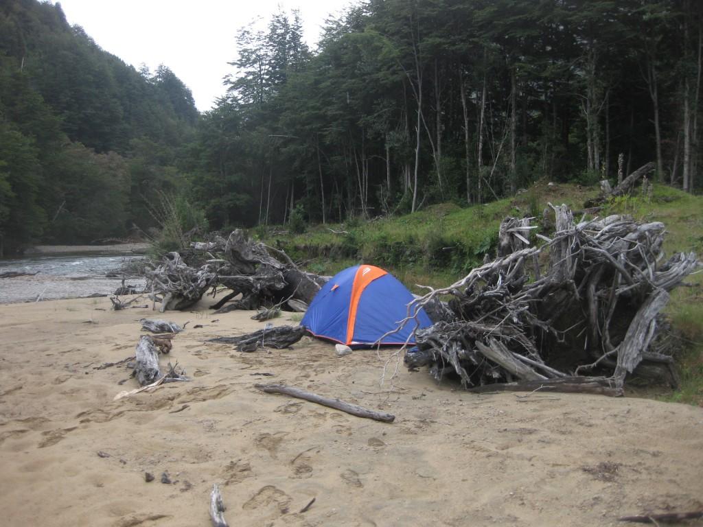 """Solche """"wilde Campingplätze"""" erwarten einen an der Carretera Austral, hier in der Nähe von Puerto Ramírez"""