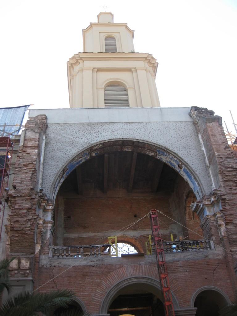 Die Kirche in Curicó von außen. Auch das ist Chile: Die Erdbebenschäden stammen noch vom großen Erdbeben am 27.02.2010