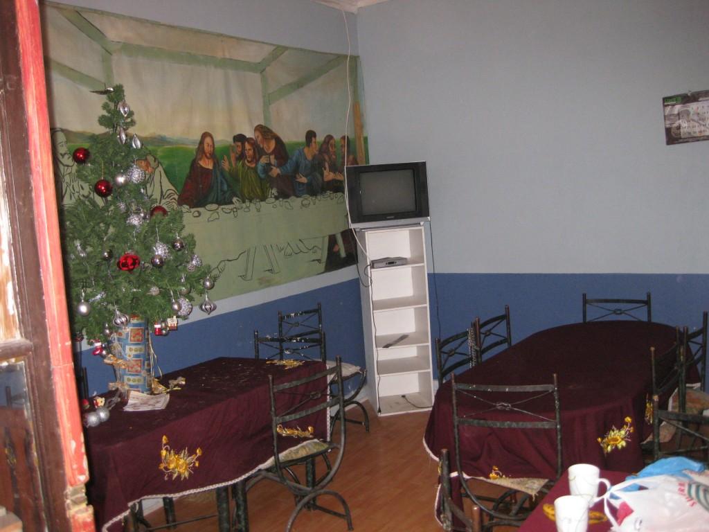 Weihnachtsbaum und Raum des Weihnachtsessens. 2010 in Curicó, Chile