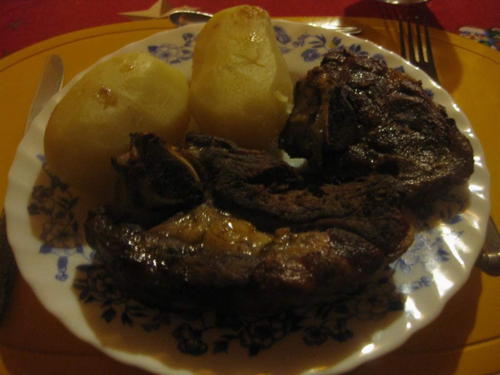 Das zubereitete Lamm. Das Weihnachtsfestessen auf Chiloé im Süden von Chile. Lammgerichte sind in Patagonien typisch.