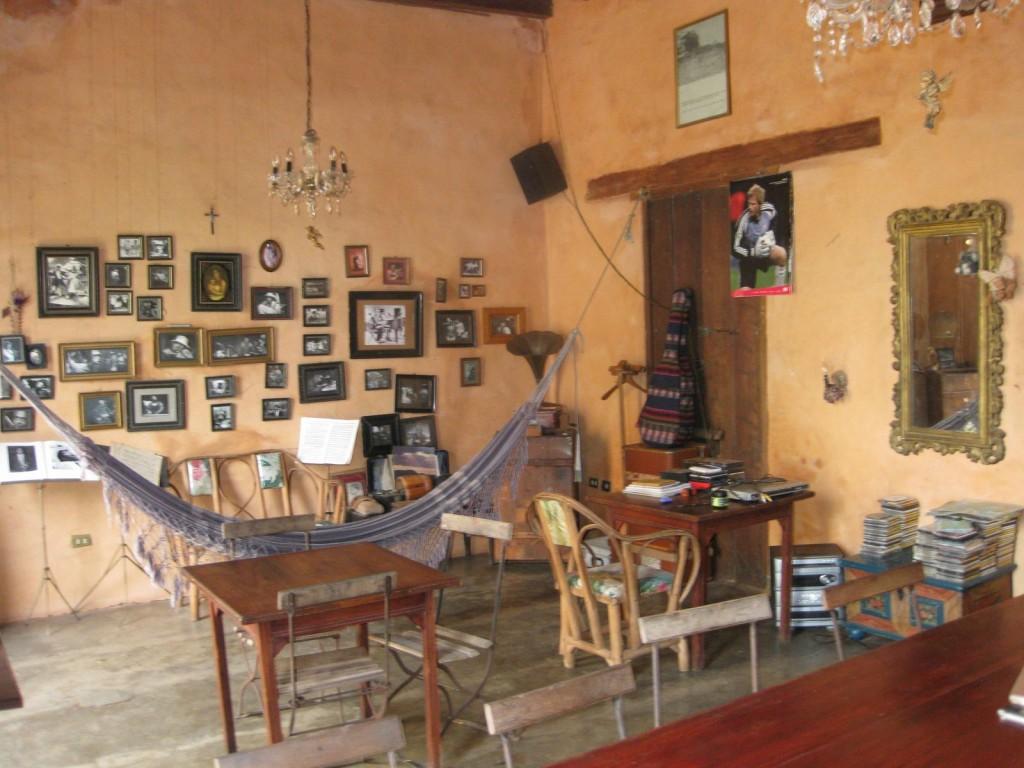 Der gemütliche Aufenthaltsraum in der Posada Amor Patrio in Ciudad Bolívar, Venezuela: Lädt zum Verweilen und Kennenlernen anderer Backpacker ein.