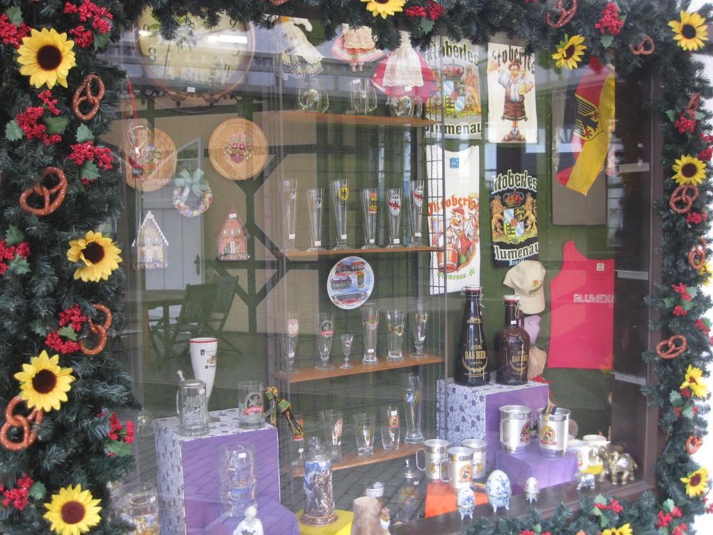 Festgelände Oktoberfest Blumenau: Souvenirshops mit Bierkrügen, Kuckucksuhren, etc.