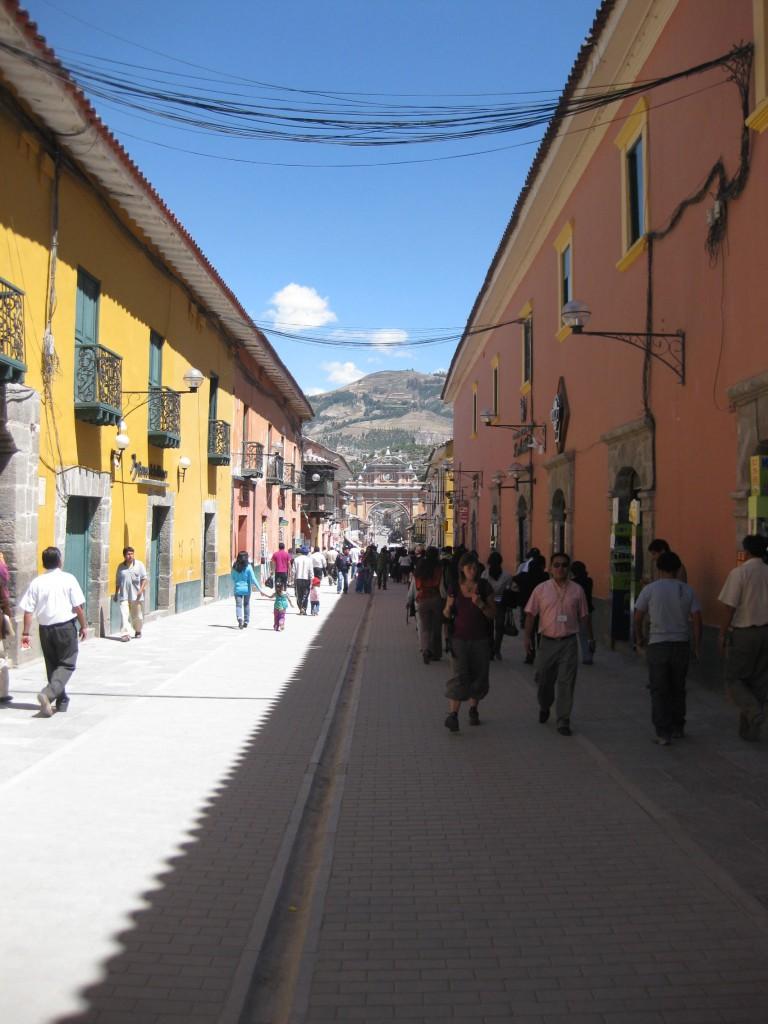 Die Fußgängerzone von Ayacucho, im Hintergrund der Triumphbogen