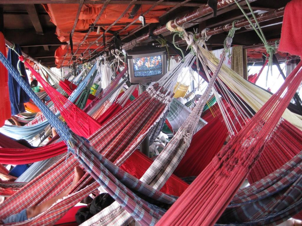 Hängematten-Deck auf der Amazonas-Flussfahrt mit dem Schiff in Brasilien: In Hängematten schlafen ist auch eine Option in Südamerika