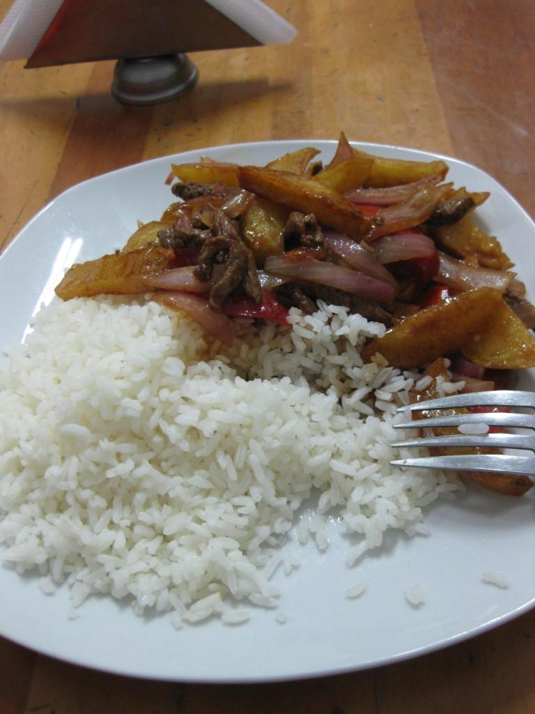 Die peruanische Spezialität Lomo Saltado. Auch Kulinarisches und peruanische Spezialitäten gehören zum Stadt-Feeling