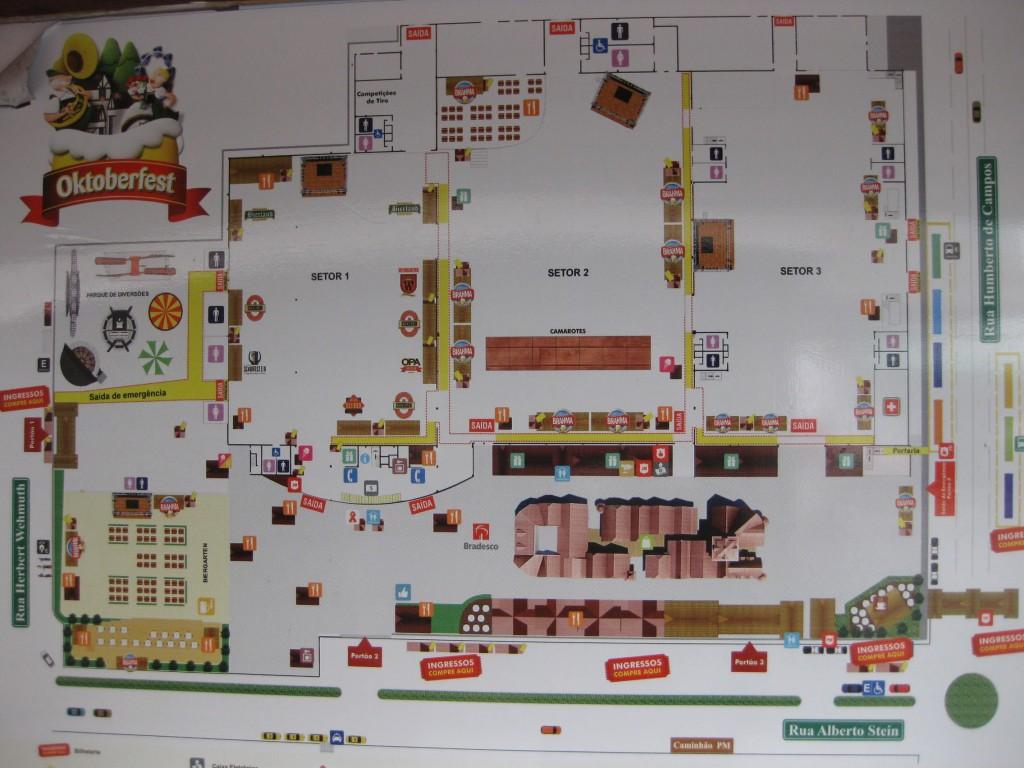 Plan des Festgeländes des Oktoberfestes von Blumenau mit dem Spielzeugdorf (unten) und der Halle mit drei Sektoren (oben)