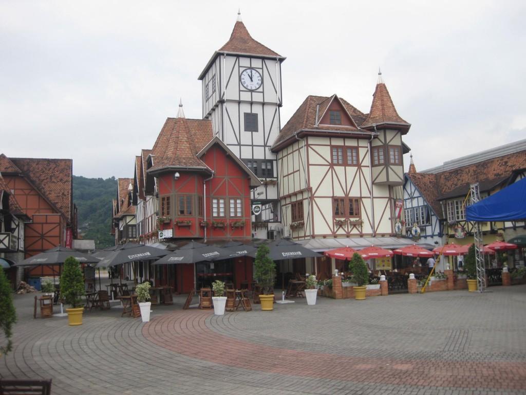 Oktoberfest Blumenau: Das Spielzeugdorf mitten im Festgelände, mit Bars und Restaurants, die ganzjährig geöffnet sind