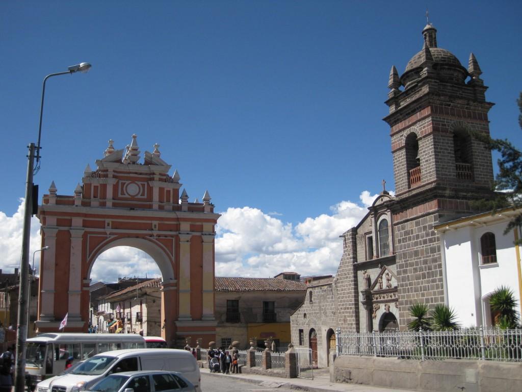 Der Triumphbogen (Arco del Triunfo) und eine der vielen Kirchen in Ayacucho