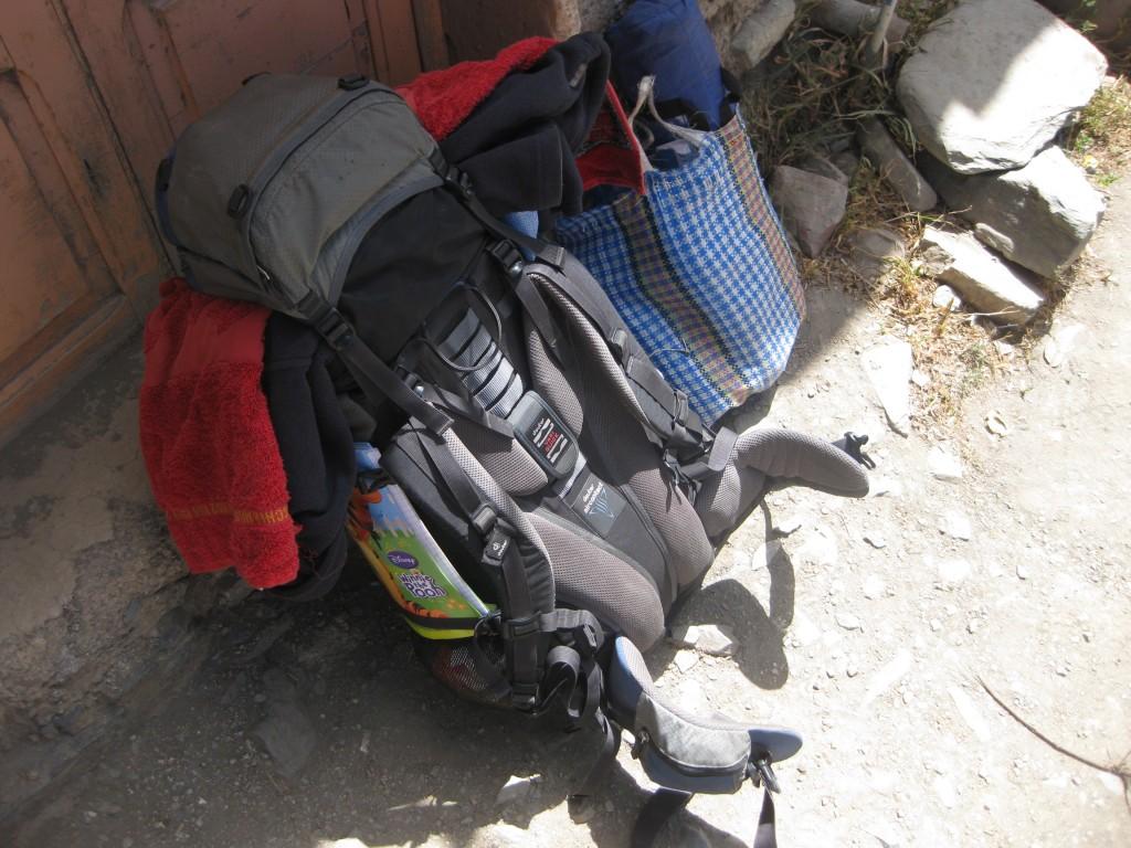 Start zum Takesi-Trek, Bolivien. Anfangs als Versuch mit Backpacker-Handtasche separat. Auf Dauer nicht praktikabel, also rein in den Rucksack.
